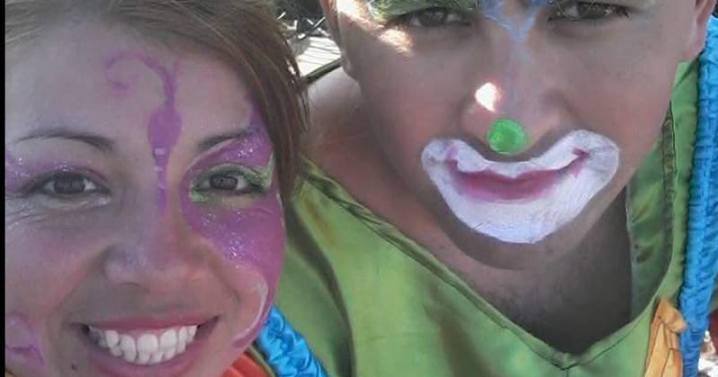 La pareja se disfrazan de payasos para alegrar a los chicos