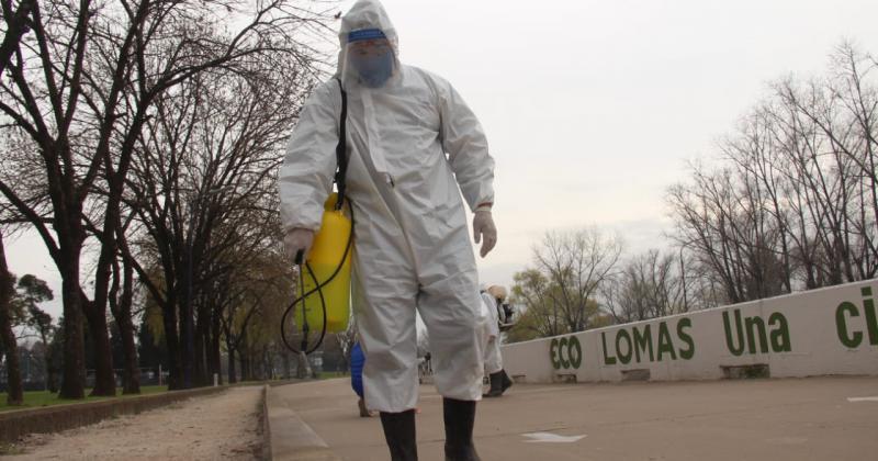 Desinfectan parques y espacios públicos