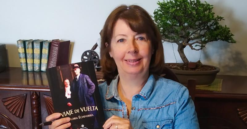 La autora con su primer libro autogestivo
