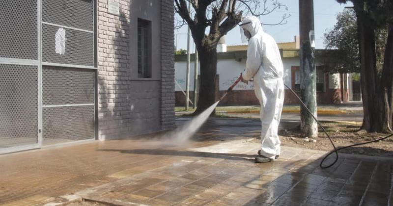 Desinfectan calles veredas y lugares públicos