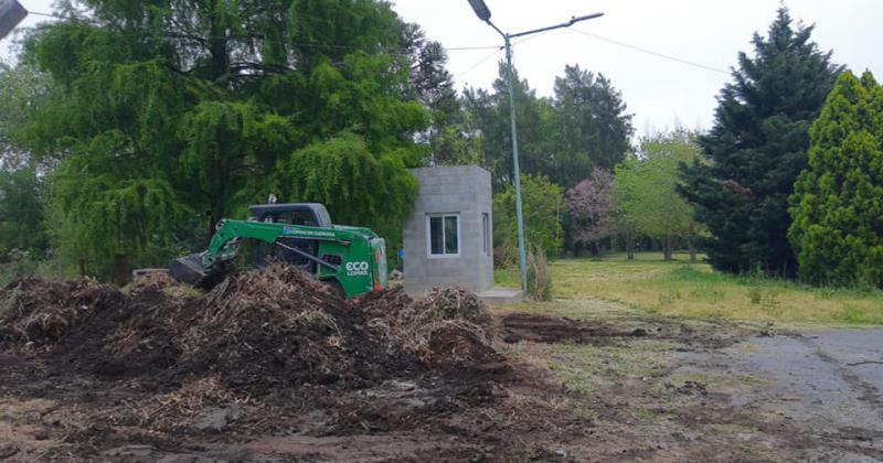 Acondicionaron los espacios verdes con maquinaria de Eco Lomas