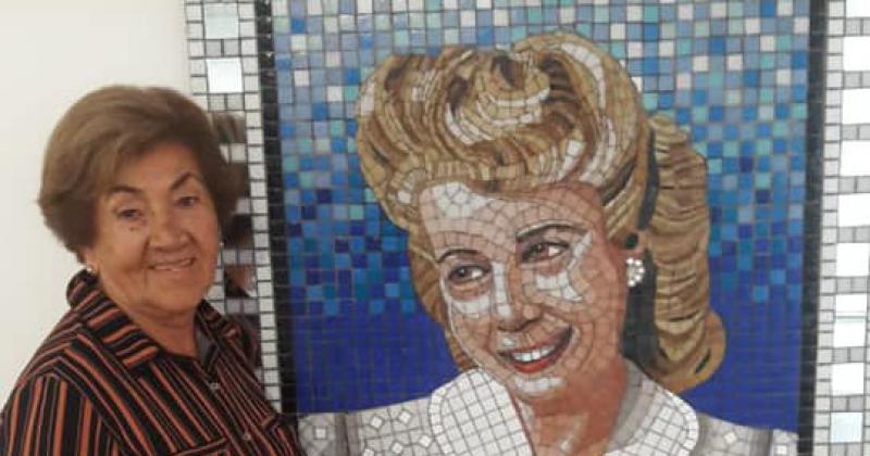 Coca junto a una imagen de Evita
