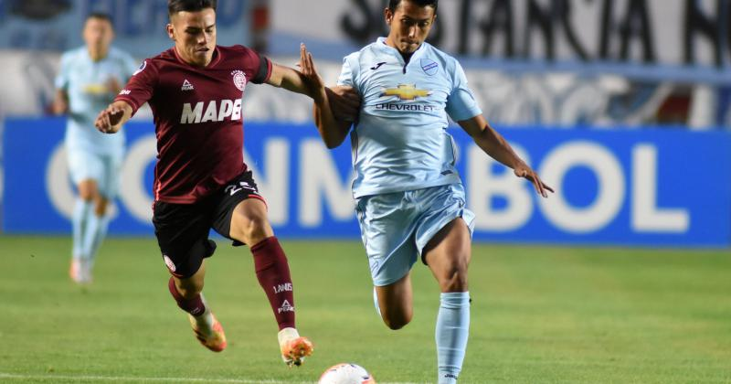 Bernabei pelea por el balón con Saavedra