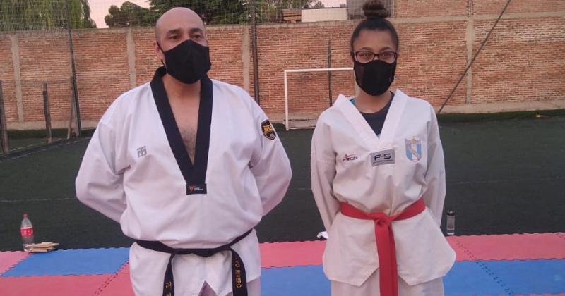 Iara Gamboa junto a su entrenador Gustavo Rivero
