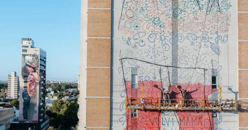 El nuevo mural en proceso De fondo la obra de arte de Martín