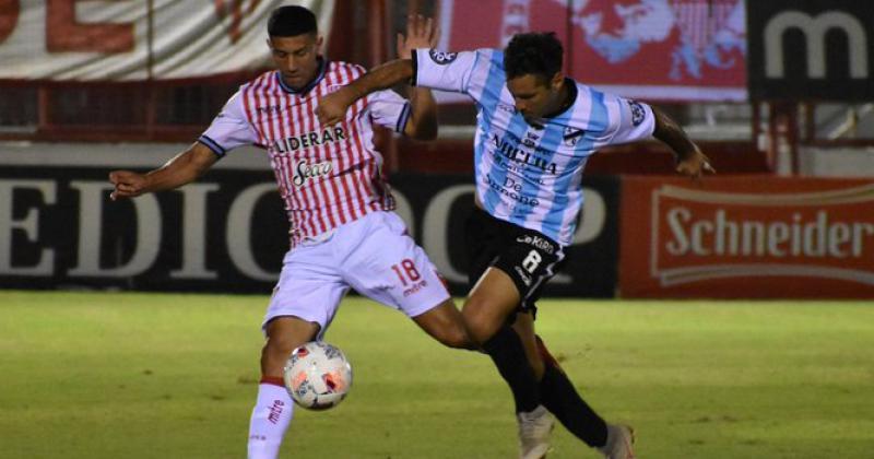 Enzo López intenta quedarse con la pelota ante Vera Piriz