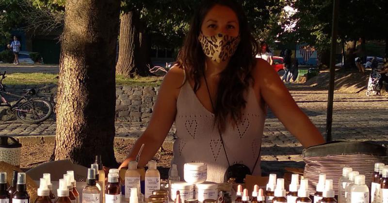 Johana tiene un puesto en el Mercado de Emprendedores