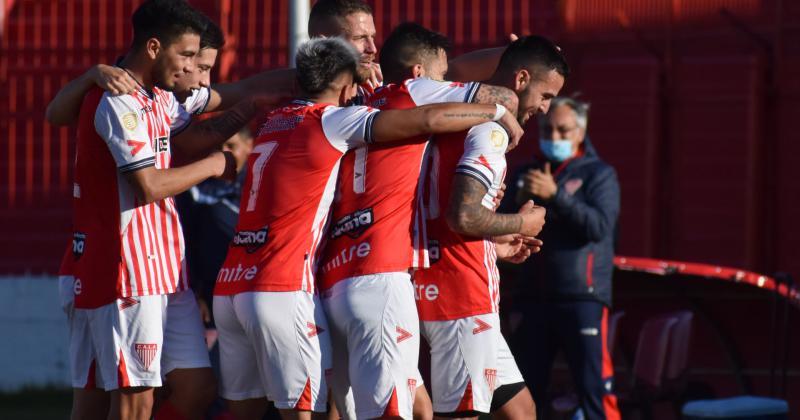 Los Andes celebra el 1-0 de Rivas