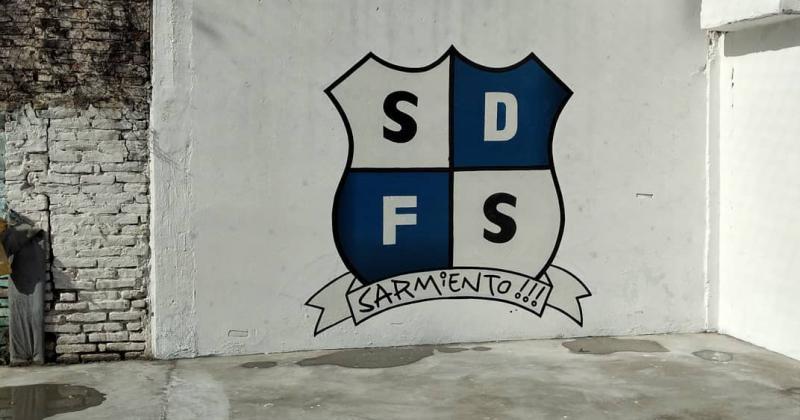 El escudo presente en las paredes y el nuevo playón deportivo