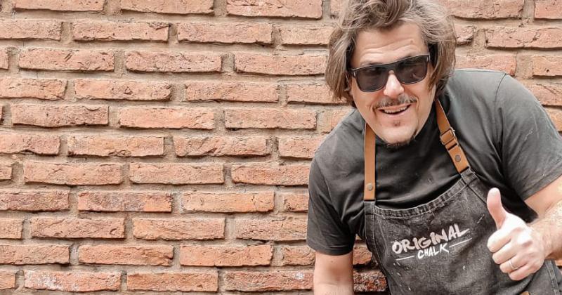 Fernando arrancó a fabricar la pintura en el garage de su casa