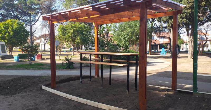 Colocaron ocho pérgolas de madera con mesas y bancos